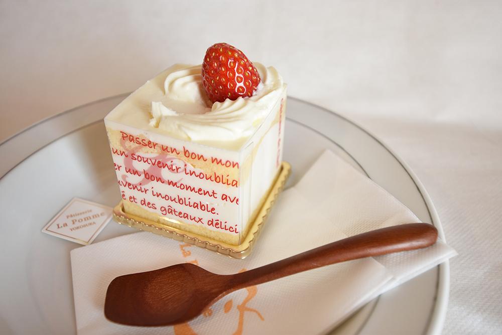 スプーンで食べるショートケーキ