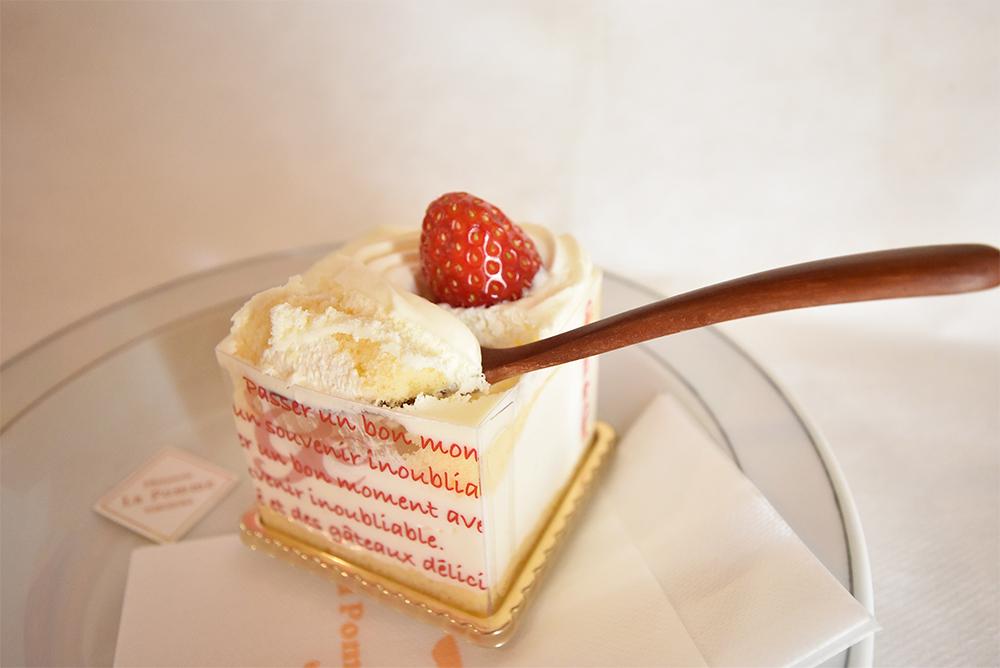 スプーンですくって食べるショートケーキ